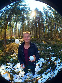 Jaromir-jongliert-mit-Schneekugeln
